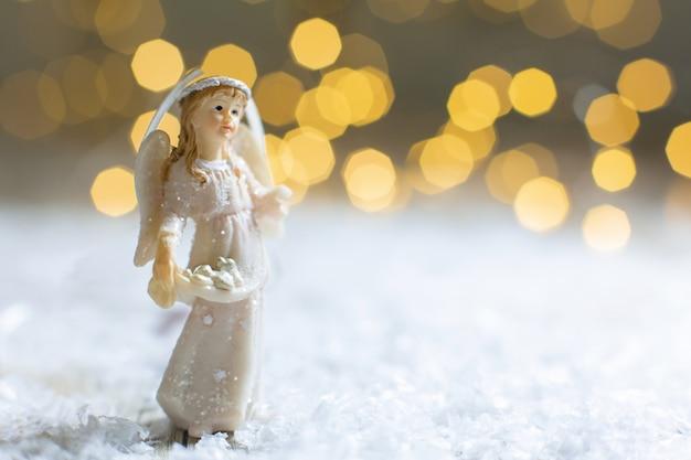 Decoratieve kerstthema-beeldjes, beeldje van een kerstengel, kerstboomversiering,, Premium Foto