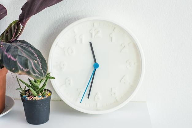 Decoratieve klok op muur Premium Foto