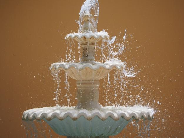 Decoratieve oude fontein met stromend water Premium Foto