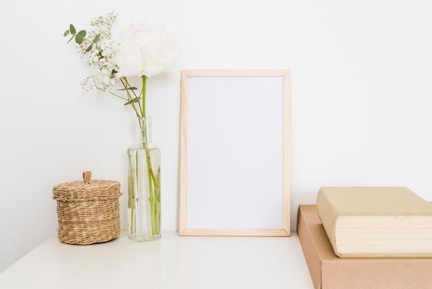 Decoratieve planten en bloemen in een huis Gratis Foto