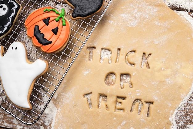 Deeg met trick or treat op tafel Gratis Foto