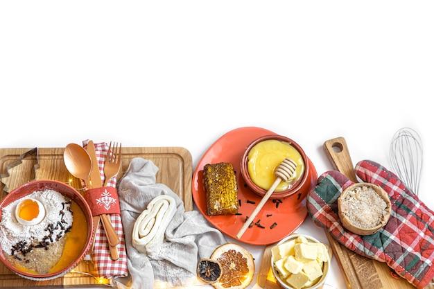 Deeg, verschillende cutters en ingrediënten voor kerstkoekjes op witte houten tafel, plat leggen. Gratis Foto