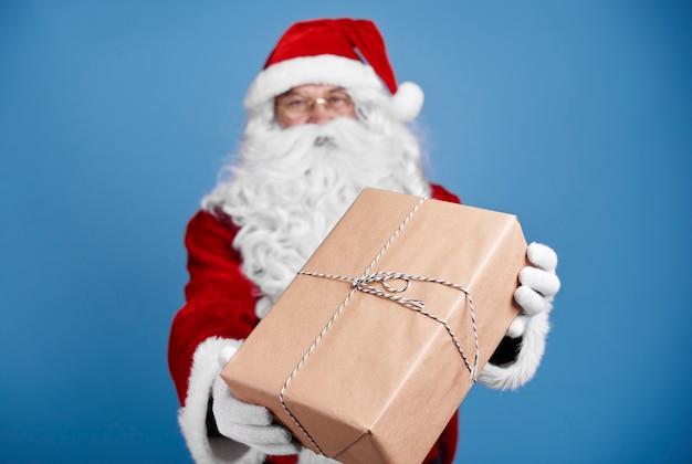 Defocused santa claus kerstcadeautjes geven Gratis Foto