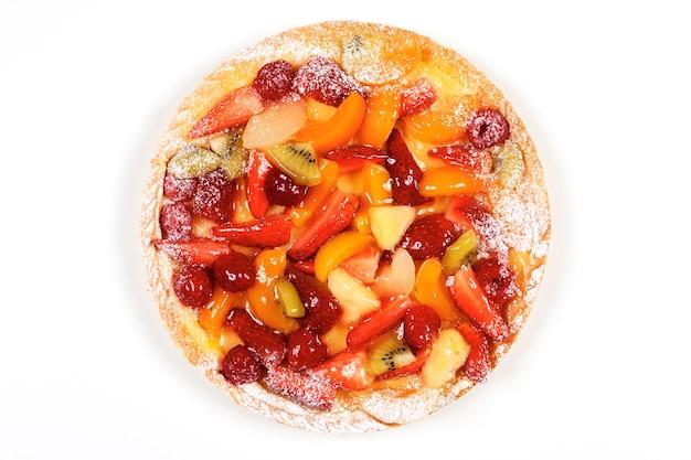 Delicious fruit tart geïsoleerd op een witte ruimte Gratis Foto