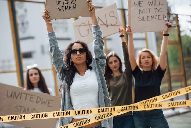 Democratie in europese landen. een groep feministische vrouwen protesteert buitenshuis voor hun rechten Gratis Foto
