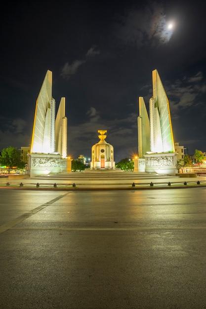 Democratiemonument in nacht bangkok thailand Gratis Foto