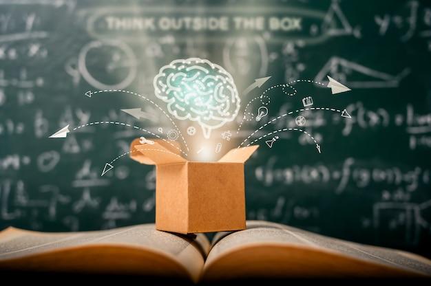 Denk buiten de doos op school groen bord. startup onderwijs. creatief idee. leiderschap. Premium Foto