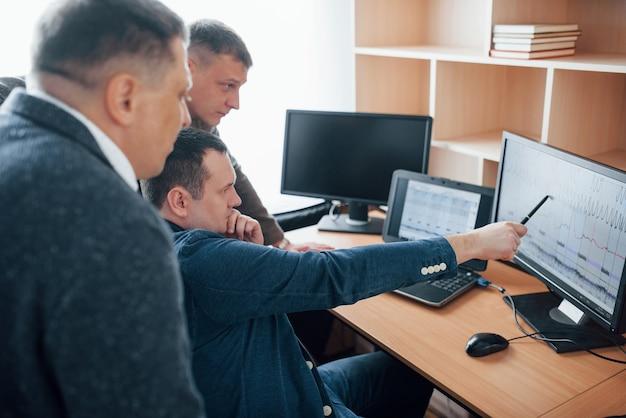 Denk je dat er een leugen was? polygraaf-examinatoren werken op kantoor met zijn apparatuur Gratis Foto