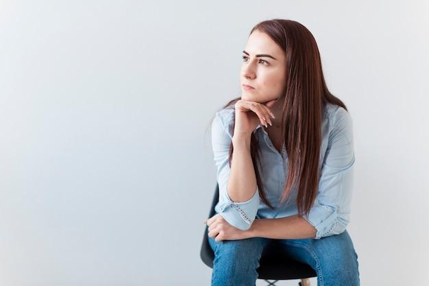 Denkende vrouw die weg kijkt Gratis Foto