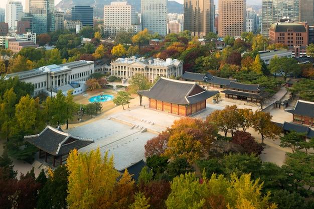 Deoksugungpaleis en de stad van seoel in de herfstseizoen in seoel, zuid-korea. Premium Foto