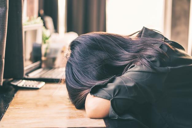 Depressieve aziatische vrouw zit eenzaam in de kamer Premium Foto