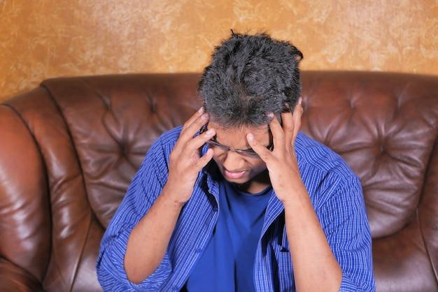 Depressieve man die zich ziek voelt en zich zorgen maakt over een financieel probleem. Premium Foto