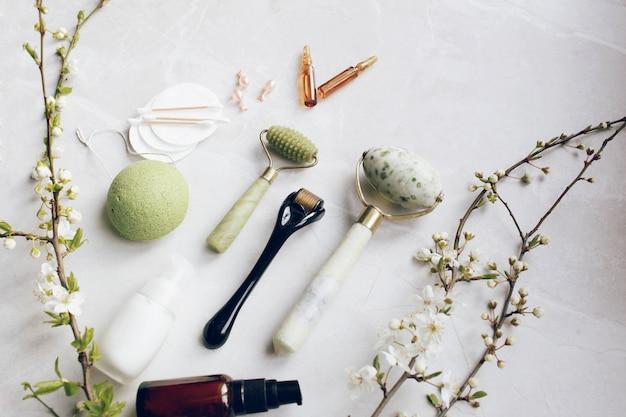 Dermaroller en serum naast een anti-aging gezichtscrème Premium Foto