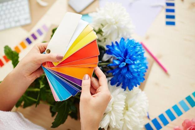 Designer met kleuren sampler Gratis Foto