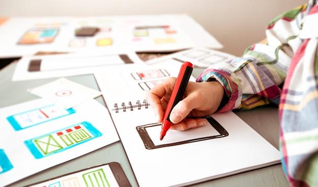 Designer ontwikkelaar van applicaties voor mobiele telefoons op de desktop Premium Foto