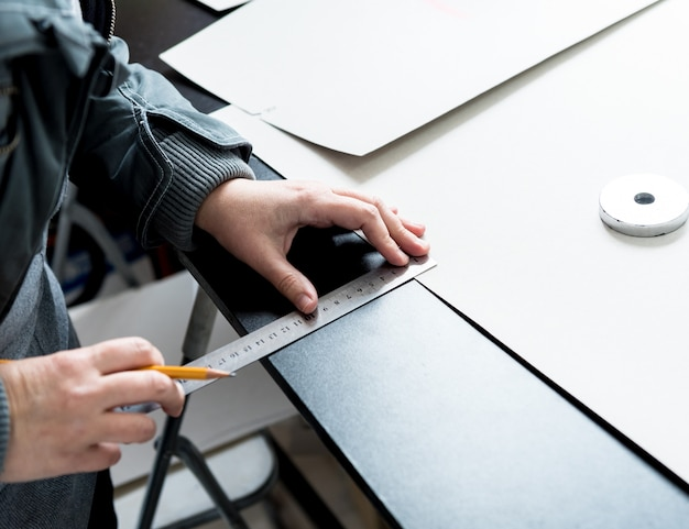 Designer op maat gemaakte stoelhoezen. man gebruik naaimachine voor zijn werk. Premium Foto