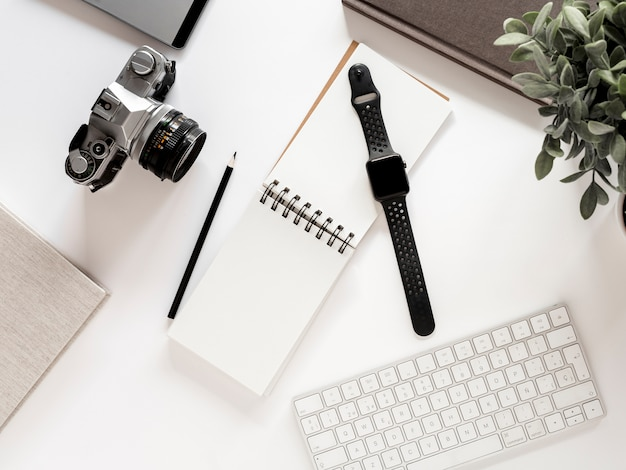 Desktop met notebook en horloge Gratis Foto