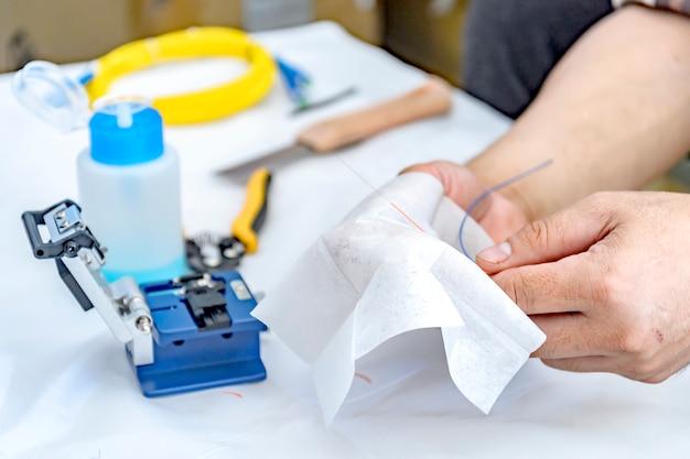 Deskundige technicus reiniging van glasvezelkabels met reinigingsmiddel Premium Foto