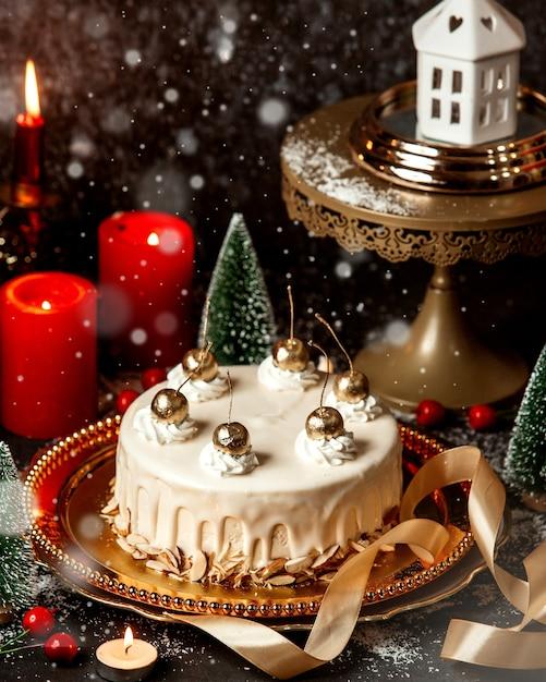 Dessert gegarneerd met crème en goudkleurige kersen Gratis Foto