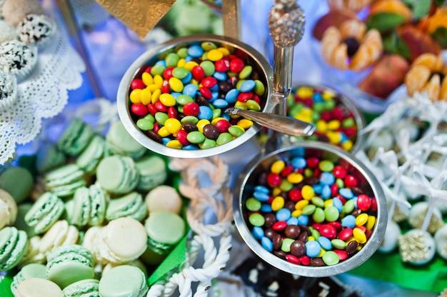 Dessertlijst van heerlijke snoepjes op huwelijksontvangst. Premium Foto