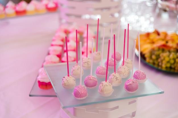 Desserttafel met muffins, koekjes, bitterkoekjes en cupcake Premium Foto