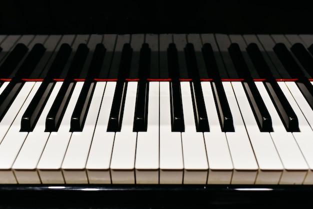 Detail van de toetsen van een piano. Premium Foto