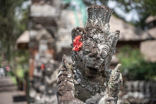 Detail van de top van een stenen beeld in een hindoe-tempel Premium Foto
