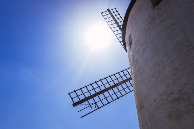 Detail van de wieken van een traditionele windmolen in la mancha, spanje. Premium Foto