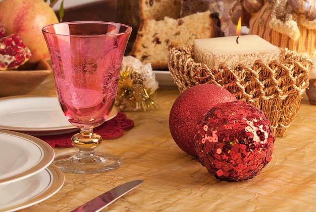 Detail van een glas murano in een kersttafel Premium Foto