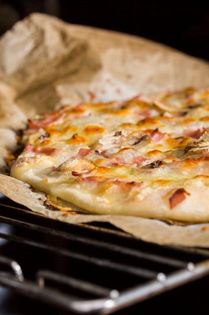 Detail van zelfgemaakte pizza op ovenrooster Gratis Foto