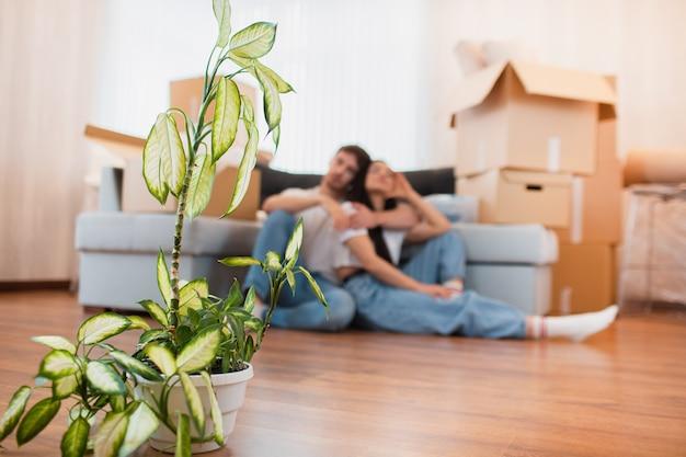 Detailopname. gepofte installatie op een achtergrond met jong gelukkig paar in ruimte met bewegende dozen bij nieuw huis Premium Foto