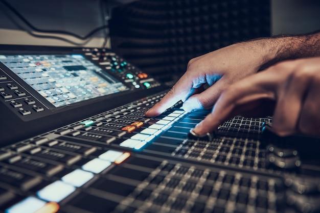 Detailopname. handen aanpassen audiocontroller. Premium Foto