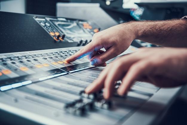 Detailopname. mixer in geluidsstudio van geluidsproducent. Premium Foto