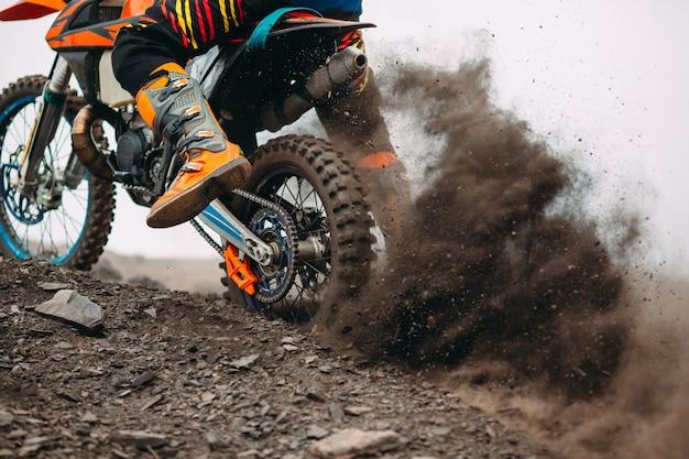 Details van puin in een motorcrossrace. Premium Foto