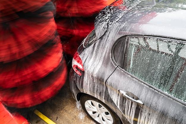 Detailweergave van carwash, carwash schuimwater, automatische carwash in actie Premium Foto