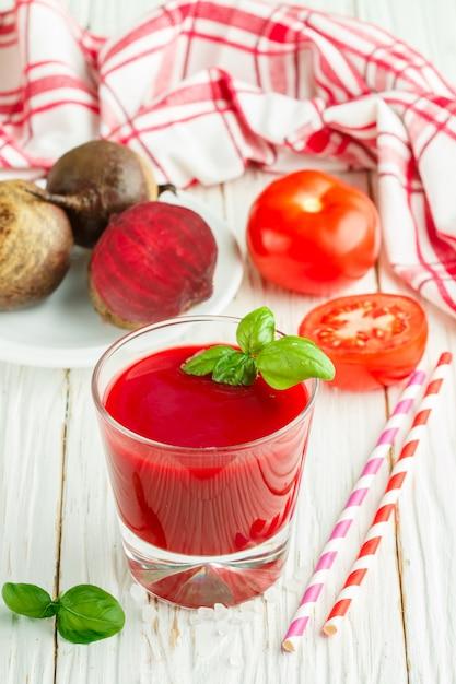Detox biet smoothie met tomaten en basilicum Premium Foto