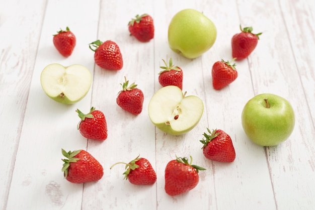 Detox concept. lekker fruit en bessen. gezond eten. veganisme, vegetarisme, rauwkostdieet. aardbeien en appels. zomer vers fruit. kopieer ruimte. vitaminen in voedsel. gezond ontbijt Premium Foto