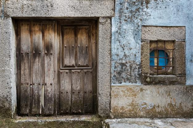 Deur en raam in het oude dorp van la alberca. salamanca. spanje. Premium Foto