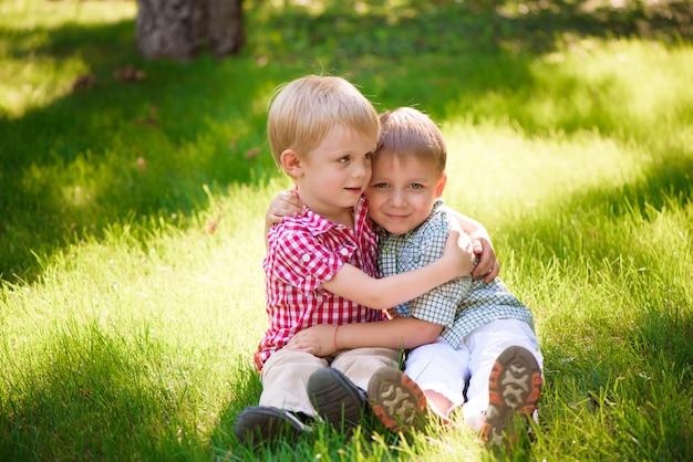 Deze twee jongens zijn beste vrienden. vrienden voor het leven. Premium Foto