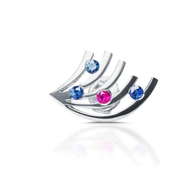 Diamanten oorbellen, geïsoleerd op wit Premium Foto