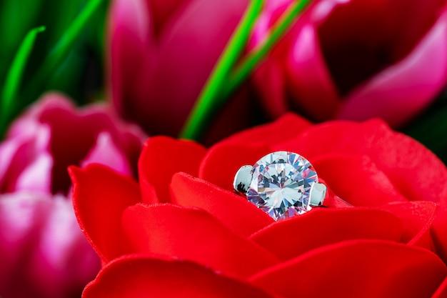 Diamanten trouwringen op rode rozen Premium Foto