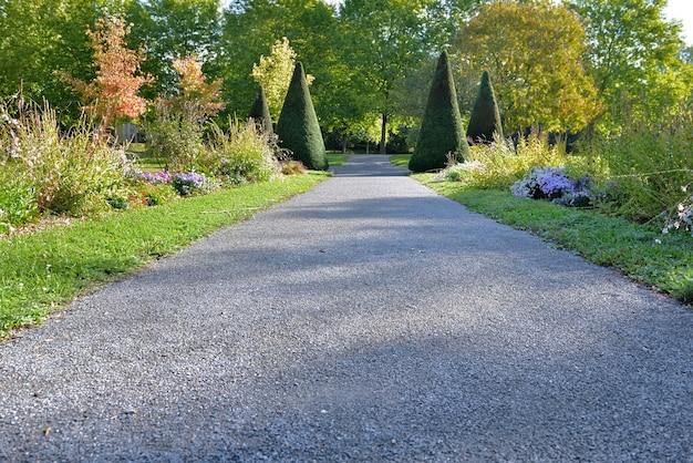 Dichtbij een voetpad in grind door een prachtig aangelegd openbaar park Premium Foto