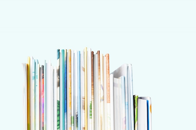 Dichte mening van stapel boeken van kinderen op een pastelkleur blauwe achtergrond. Premium Foto