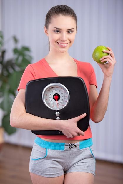 Dieet etende vrouw met schaal en appel voor gewichtsverlies. Premium Foto