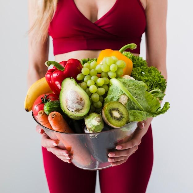 Dieetconcept met sportvrouw en gezond voedsel Gratis Foto