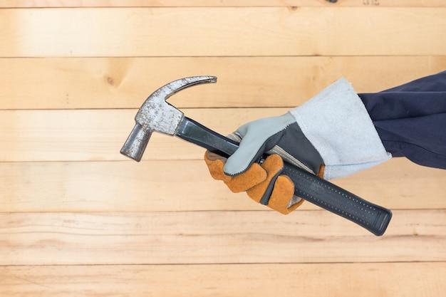 Dien de hamer van de handschoenholding in Premium Foto