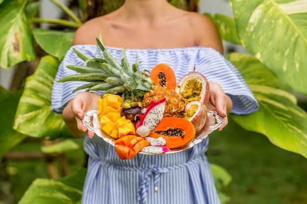 Dienblad met exotisch fruit Gratis Foto
