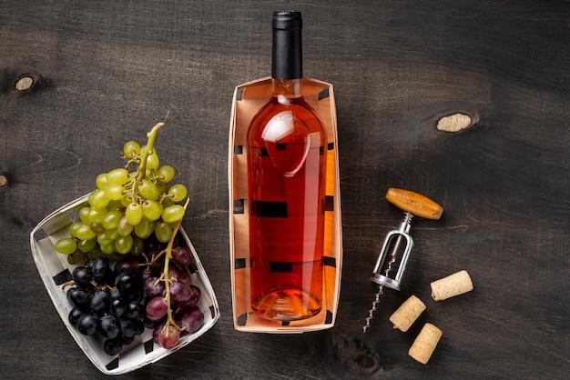 Dienblad met fles wijn en biologische druiven Gratis Foto
