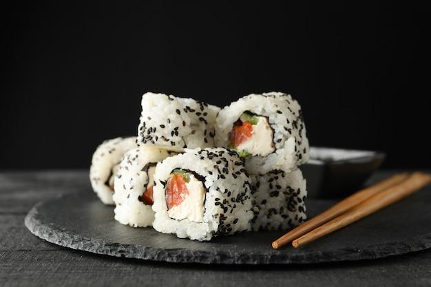 Dienblad met heerlijke sushi broodjes. japans eten Premium Foto