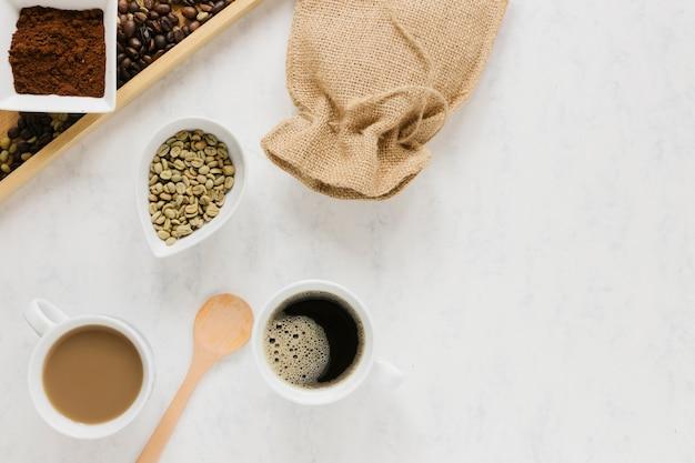 Dienblad met koffiebonen en koffiekoppen Gratis Foto